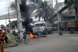 Motoristas protestam contra multas e fecham acesso ao Porto de Paranaguá