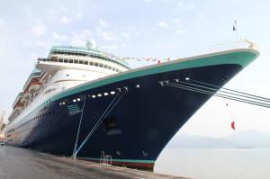 Navio de passageiros atraca em Paranaguá