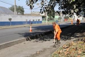 Patrulha da Limpeza realiza trabalho na Avenida Bento Rocha em Paranaguá
